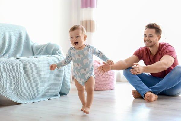 Qué puedo hacer para que mi bebé camine