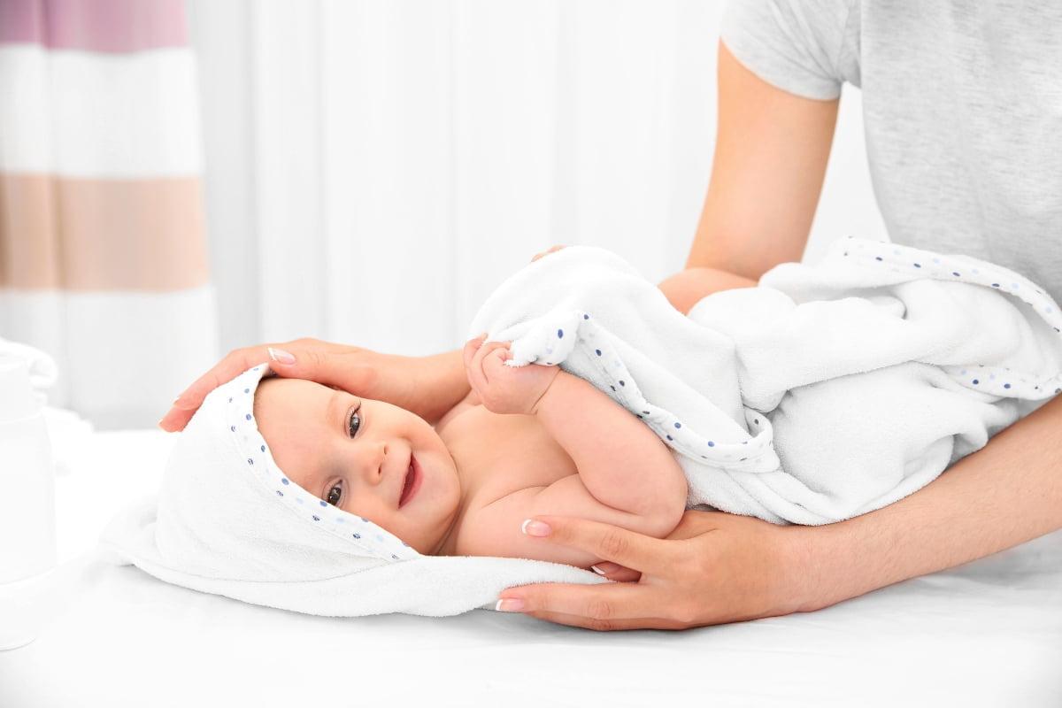 como bañar a un bebé de forma adecuada