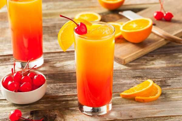Tequila sunrise, Cocteles con alcohol