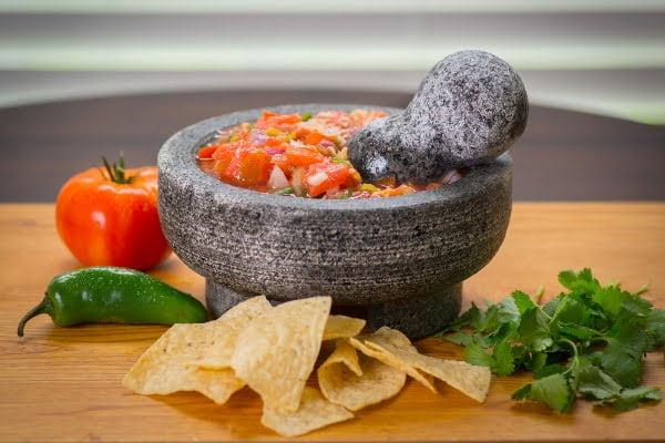 salsa-de-jitomate-en-molcajete-para-carne-asada
