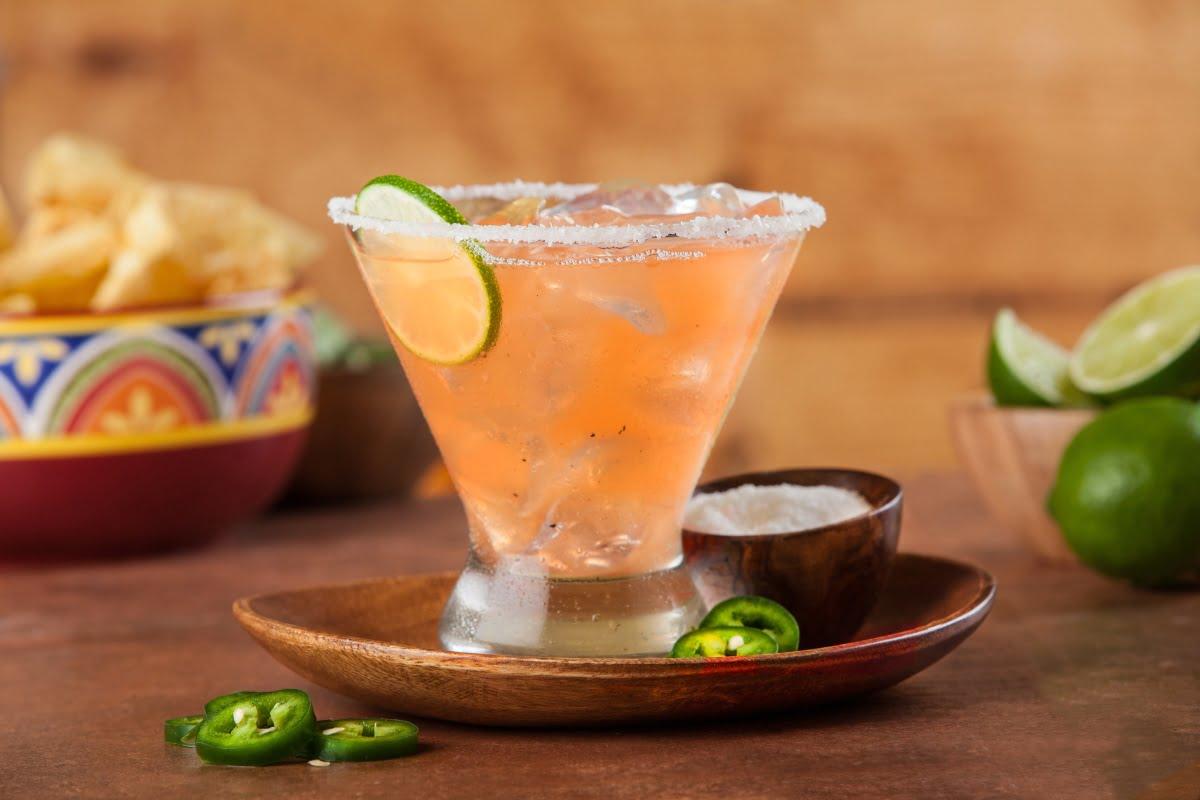 coctel con mezcal tamarindo y chile serrano