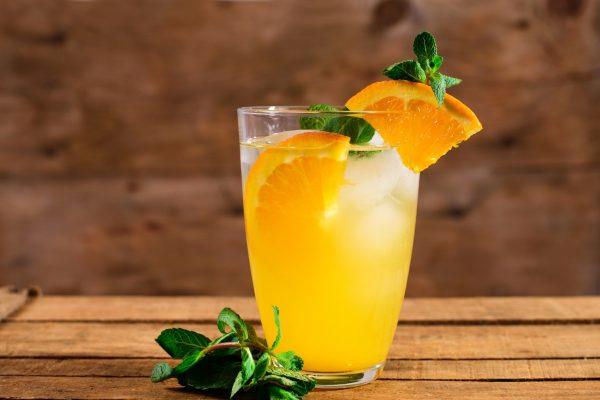 coctel con mezcal con naranja