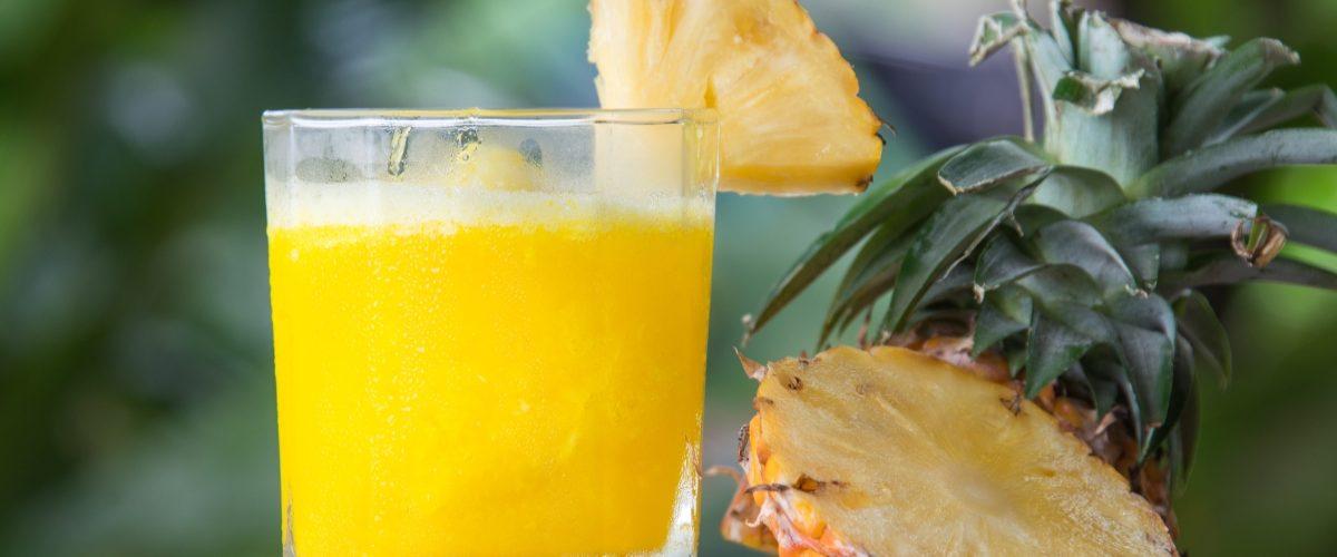 coctel con mezcal piña y mango